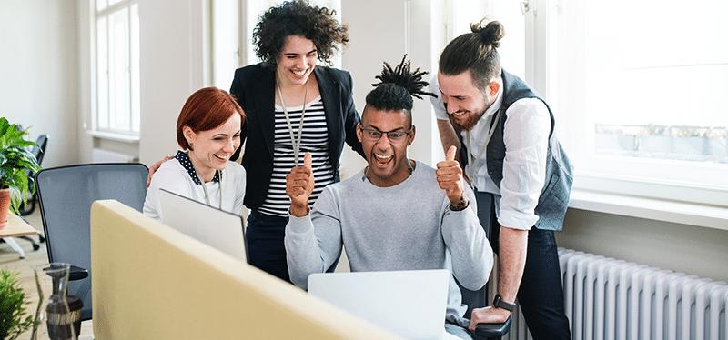 Mitarbeitermotivation - Meeting mit glücklichen Mitarbeitern